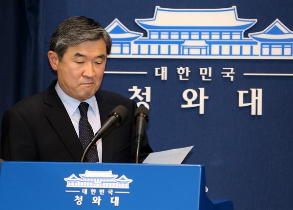 조태용 청와대 국가안보실 1차장이 6일 청와대 춘추관에서 북한의 4차 핵실험 강행에 대해 강력히 규탄하는 성명을 발표하려고 건물 안으로 들어서고 있다.