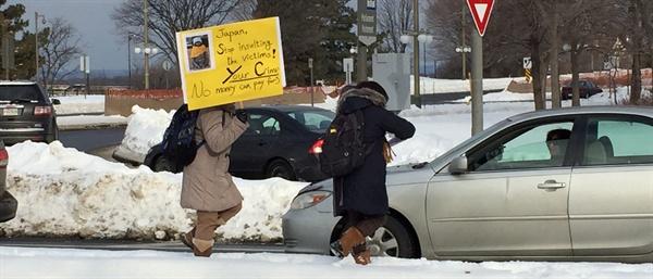 6일 오전 10시(현지시각) 영하 16도의 날씨에도 캐나다 오타와 교민들은 주캐나다 일본 대사관앞에서 집회를 열었습니다. 일본대사관 앞에서 피켓팅을 하던 중 대사관 측의 요구로 길 건너로 이동해 지나가는 차량들에 전단지를 배포했습니다.