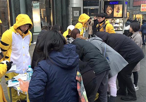 오스트리아에서도.. 오스트리아 빈을 찾은 희망나비 유럽평화기행단이 지난 6일 수요집회를 열고 있다. 이들은 위안부 문제 해결을 촉구하는 서명 캠페인을 함께 펼쳤다.