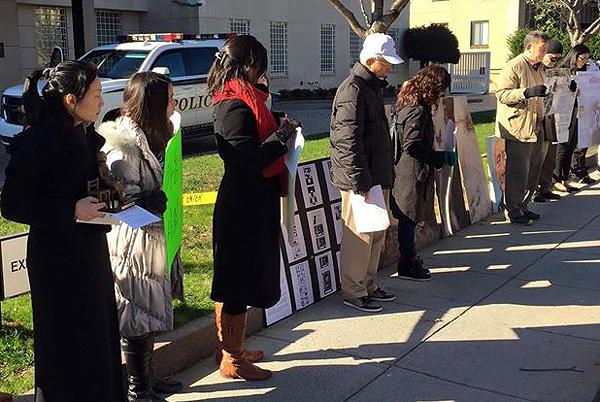 미국에서도.. 지난 6일 미국 위싱턴DC에서 열린 수요집회에 참석한 교민들이 위안부 피해자를 추모하는 묵념을 하고 있다.