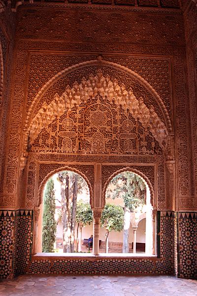 나스르 궁전의 한 풍경 입을 다물지 못할 정도의 정교하고 아름다운 이슬람 문양이 궁전 곳곳을 장식하고 있다.