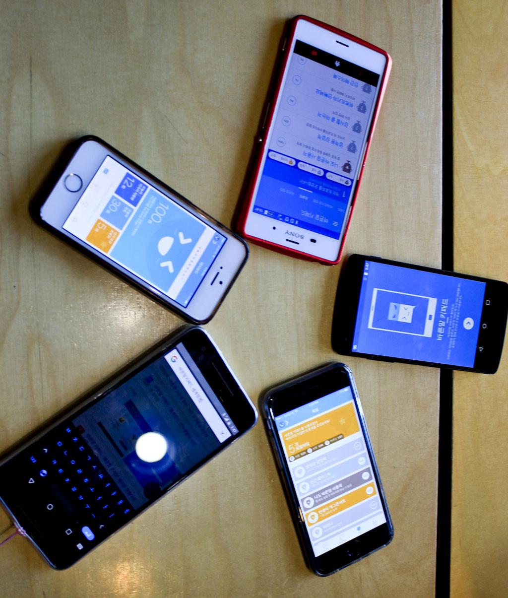 인터뷰에 참여한 학생들이 각자의 휴대폰에 바른 말 키패드 앱을 열어놓았다.