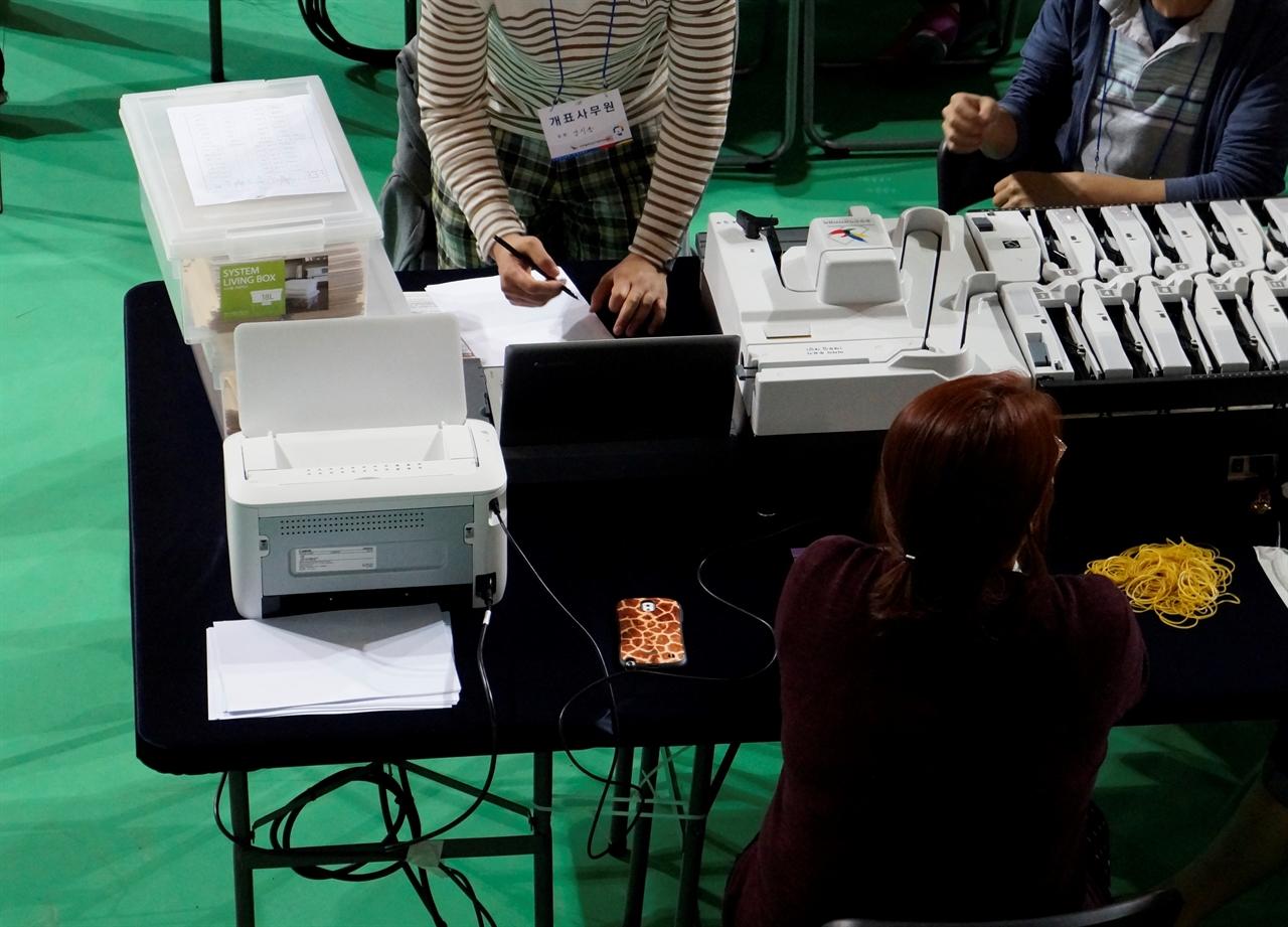 투표지분류기에 붙은 개표상황표 출력용 프린터 선관위가 공직선거 개표에 사용하는 투표지분류기는 투표지를 후보자별로 구분하고, 집계도 하며 그 결과를 기록한 개표상황표를 출력한다.