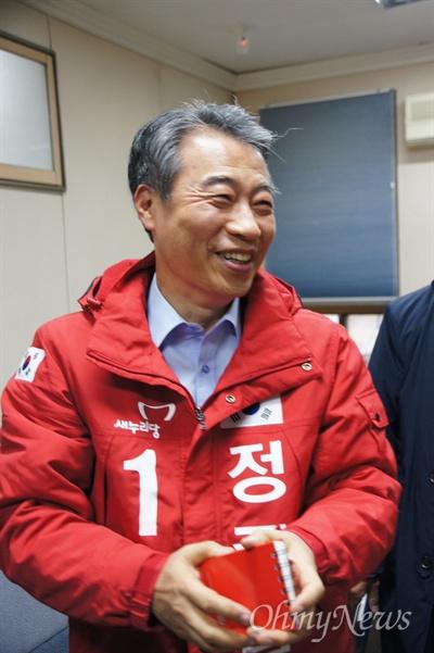 정종섭 전 행자부장관이 13이 ㄹ오후 새누리당 경북도당에서 기자회견을 가진 후 자신의 이름이 새겨진 빨간색 점퍼를 입고 활짝 웃고 있다.