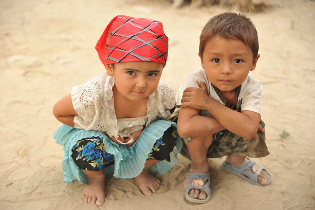 낯선 이방인을 위한 포즈 모래는 원주민 아이들의 놀이터다
