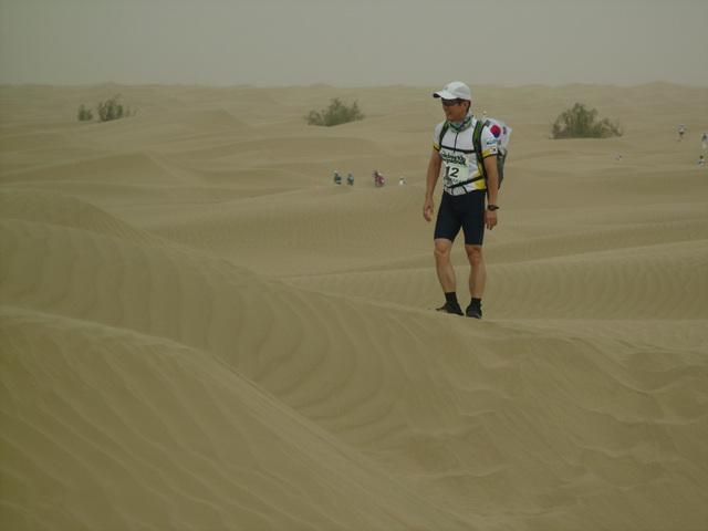레이스중 귀중한 한 컷 사막에 서면 나는 대범한 모험가가 된다.
