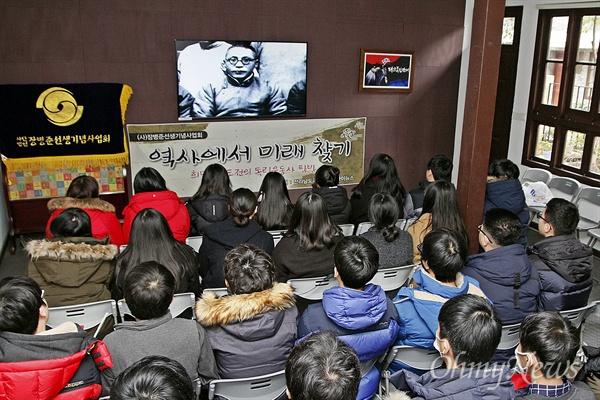 전남 목포·신안의 중학생 29명이 지난 10일~16일 중국 난징(南京)-항저우(杭州)-상하이(上海)를 찾아 한국의 독립운동 현장을 답사했다. 13일 항저우 임시정부 기념관을 찾은 학생들이 중국에서의 한국 독립운동 역사를 담은 영상을 시청하고 있다.