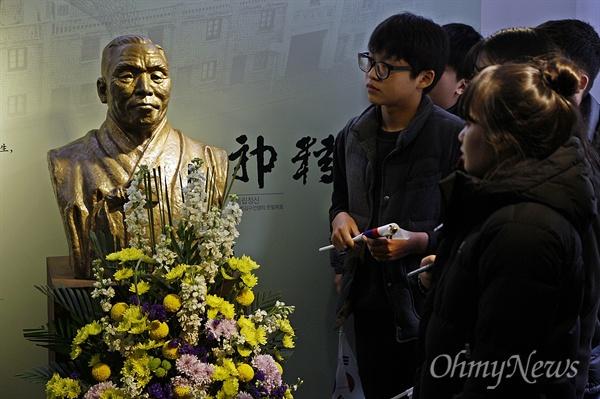 전남 목포·신안의 중학생 29명이 지난 10일~16일 중국 난징(南京)-항저우(杭州)-상하이(上海)를 찾아 한국의 독립운동 현장을 답사했다. 13일 항저우 임시정부 기념관을 찾은 학생들이 백범 김구의 흉상을 바라보고 있다.
