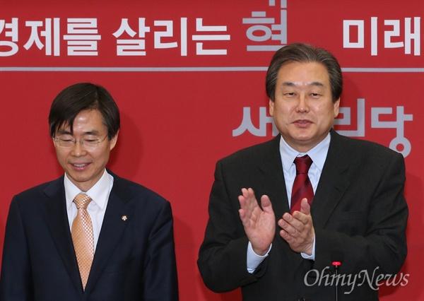 조경태 입당 환영하는 김무성 더불어민주당을 탈당한 조경태 의원이 21일 오전 새누리당에 입당해 김무성 대표의 환영을 받고 있다.