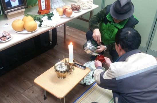 21일 종로구 돈의동 사랑의 쉼터 교육관에서 열린 '작은 장례 : 돈의동 주민 추모식'에 참가한 이웃 주민