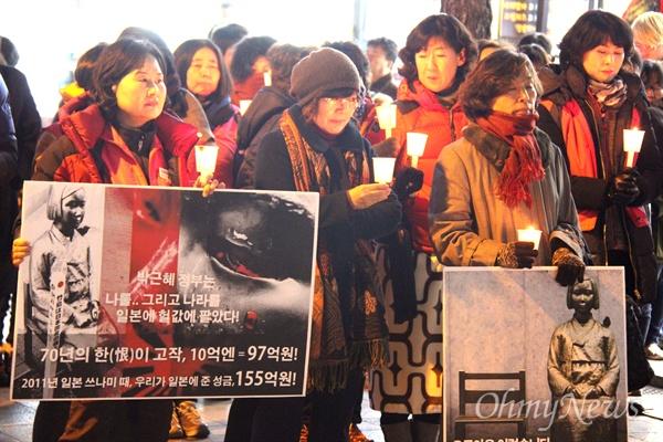 '일본군 위안부 한일합의 무효화 시민행동'은 22일 저녁 창원 정우상가 앞에서 촛불문화제를 열었다.