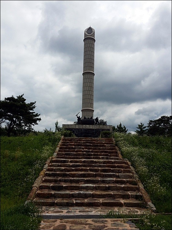 황룡전투승전탑 동학혁명 최초로 경군과 싸워 승리한 황룡 전투 승전기념탑