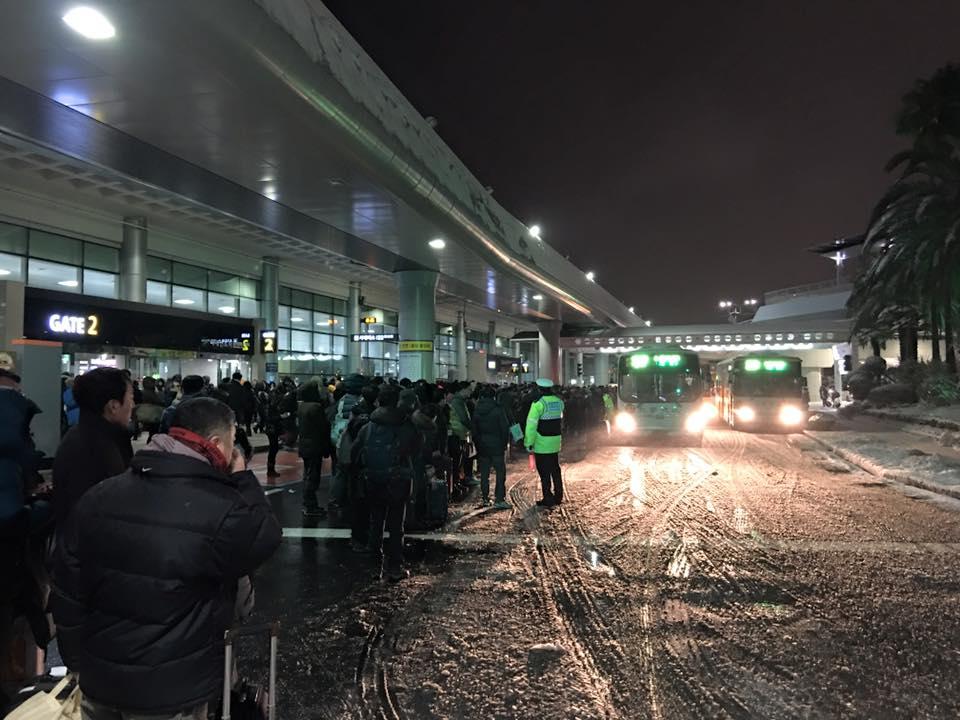 제주공항에서 숙소로 이동하기 위해 버스 등을 기다리는 관광객들