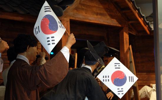 태극기는 우리나라 상징이고, 태극기에는 태극문양과 괘가 그려져 있습니다.