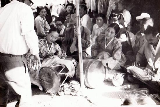 충청도 어느 부잣집 잔치마당에서 흥을 돋우는 장금도(가운데)와 김난주.(왼쪽)