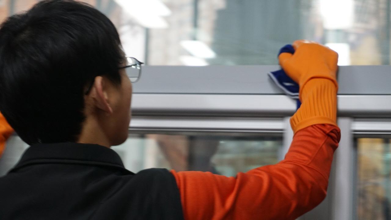 내가 창문틀을 닦고 있다.
