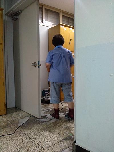 지난여름 대청소 때 청소노동자가 미끄러지지 않기 위해 철수세미를 장화에 끼고 물청소하는 모습이다.