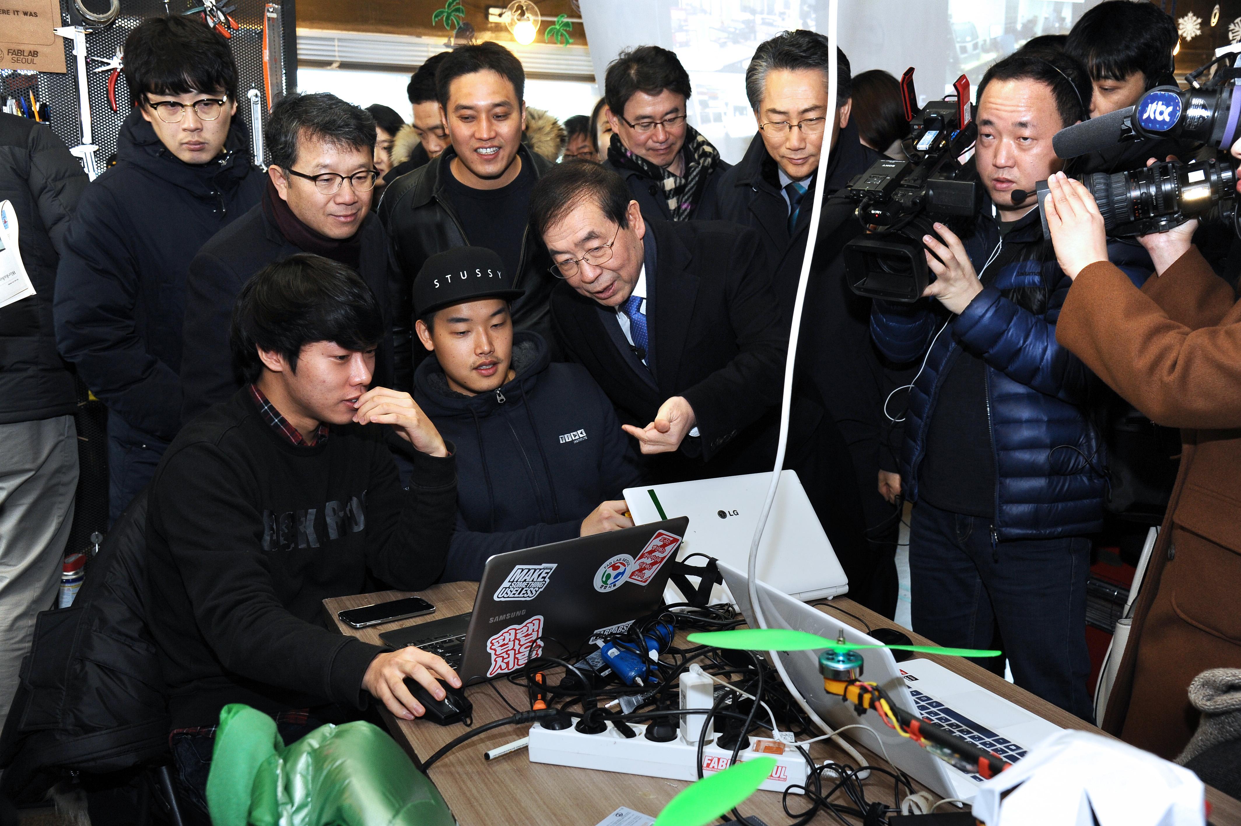 박원순 시장이 28일 오전 고산 에이팀벤처스 대표(박 시장 바로 왼쪽 위)와 함께 제품을 만들고 있는 청년들과 대화하고 있다.