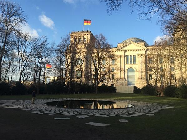 국회의사당 옆에 위치한 나치즘으로 인해 희생당한 사람들을 기억하는 공공미술작품