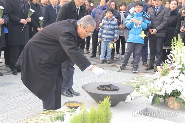 김종인 더불어민주당 비상대책위원장이 31일 오후 경남 김해 진영읍 봉하마을 고 노무현 전 대통령 묘역을 찾아 분향하고 있다.