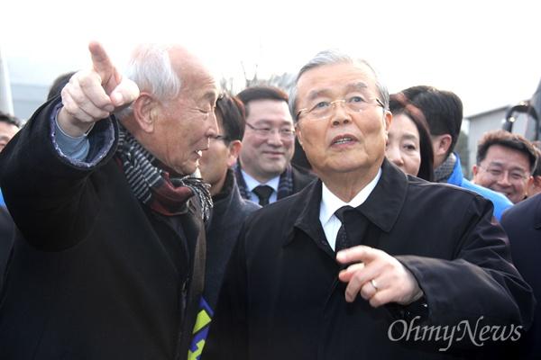 김종인 더불어민주당 비상대책위원장이 31일 오후 고 노무현 전 대통령 묘역을 참배하기 위해 봉하마을을 찾아 버스에서 내려 선진규 정토원 원장으로부터 마을에 대한 설명을 듣고 있다.