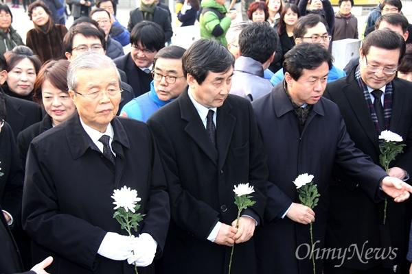 더불어민주당 비상대책위원회 김종인 위원장과 비대위원들이 31일 오후 고 노무현 전 대통령 묘역을 참배했다.