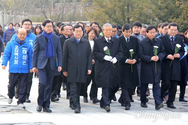 더불어민주당 비상대책위원회 김종인 위원장과 비대위원들이 31일 오후 고 노무현 전 대통령 묘역을 참배하기 위해 모역에 들어서고 있다.