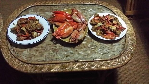 아라비아해의 랍스타와 바다 새우 요리 하우스보트가 생선을 사기 위하여 잠시 정박한 마을에서 산 랍스타와 바다새우로 요리를 해낸 것이다.