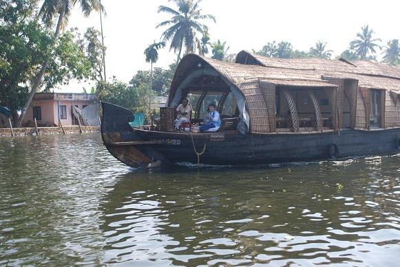 우리 일행이 타고 있는 배 16명의 교사 연수단은 배 세 척에 나누어 타고 여행길에 올랐다. 바로 옆의 배에는 민곤 선생님이 탄 모습이 보인다.