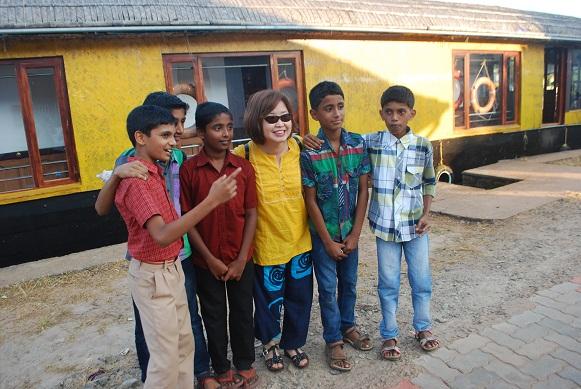 인도의 어린이들 배가 잠시 들른 마을의 축제 현장에서 만난 인도 어린이들과 사진 한 컷을 기념으로 찍은 은형 선생님