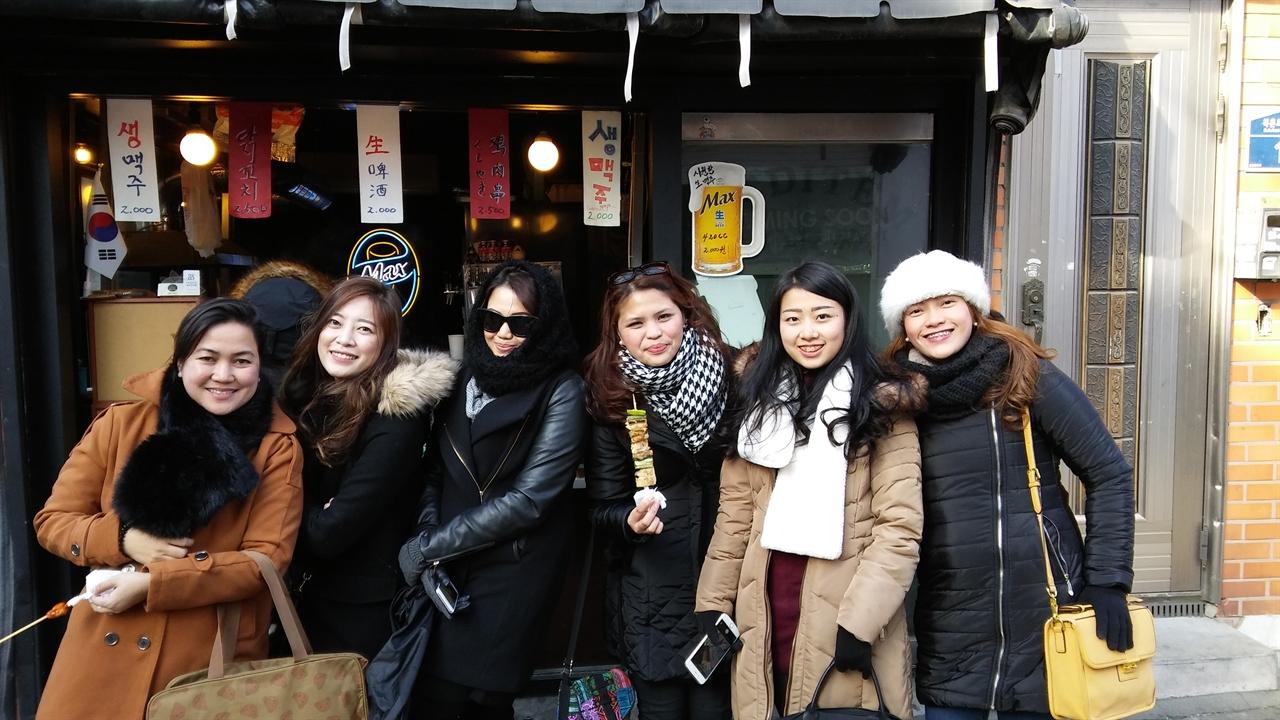 """""""한국의 겨울은 정말 춥다""""며 몸을 움추리면서도 입가엔 미소가 가득하다. 게스트하우스에서 만났다는 필리핀과 인도네시아 관광객 6명."""