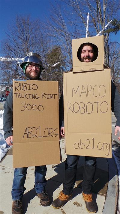 일명 '마르코 로봇' 발언 다음 날인 지난 7일, 루비오를 조롱하는 로봇 코스프레를 벌이는 뉴햄프셔 주민들