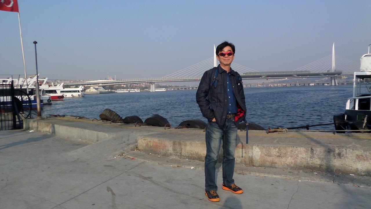 보스포루스 해협 선착장에서 뒤로 보이는 보스포루스 대교.