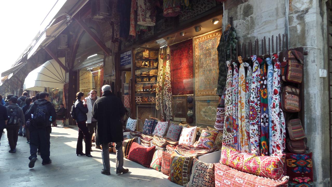 안탈랴 거리에서 상점에는 수공예품, 의류, 보석류가 가득했다.