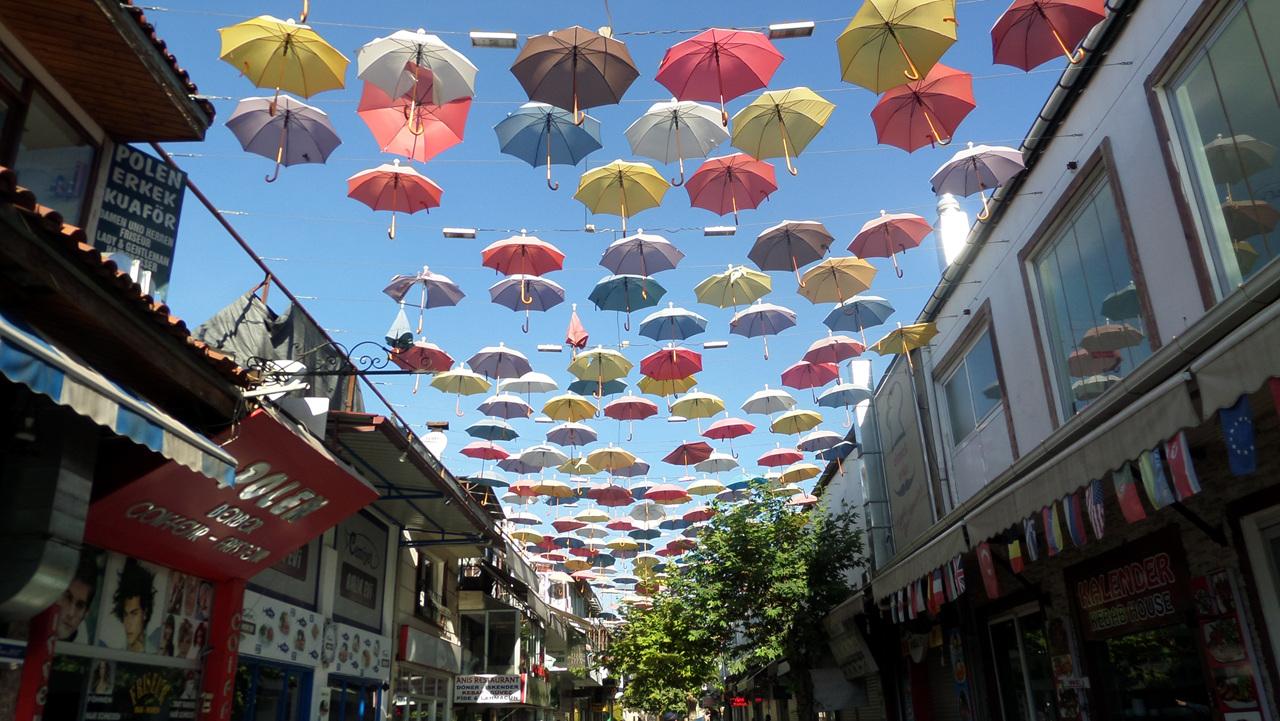 안탈랴 식당거리 손님을 끌기 위해 우산으로 예쁘게 치장했다.