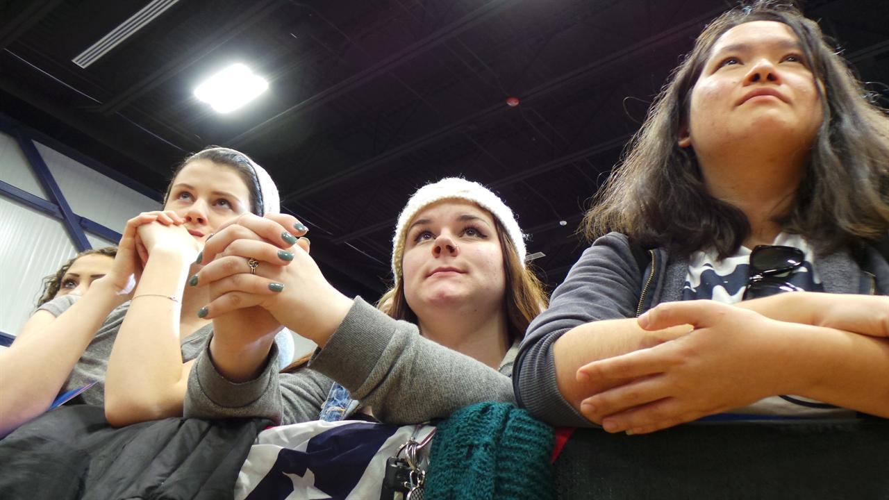 버니의 연설을 듣고 있는 학생들
