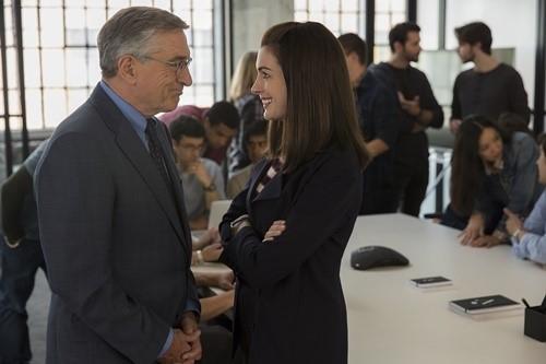 영화 <인턴> 장면 중 하나 30대 CEO 이룬 줄스(앤 해서웨이)와 고령의 인턴 벤(로벌드 니로)이 웃으며 대화하고 있다.