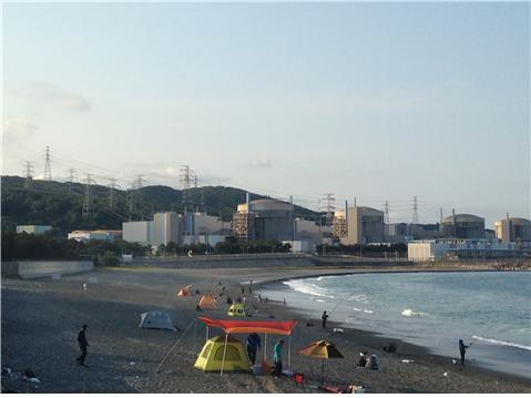 이상할 정도로 평온한 풍경 속 또 하나의 공통점은 늘 그렇듯 송전탑이다. 월성핵발전소와 송전탑이 보이는 나아해변에서 사람들이 낚시를 하고 있다
