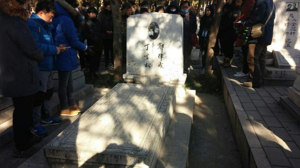 팔보산 혁명공묘 북경시내 팔보산에 있는 조선인 광주 출신 정율성선생과 부인 중국인인 정솔성여사의 묘의 비문을 중국인 유학생이 설명하고 있다