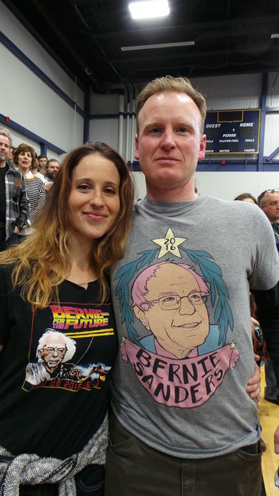 자넬과 크리스 부부. 'Bernie for the Future' 티셔츠는 자넬의 작품.