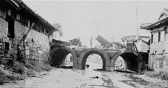 고려 때 건설된 금천교, 1928년 도로확장으로 매몰되기 전까지 서울에서 가장 오래된 다리였다.