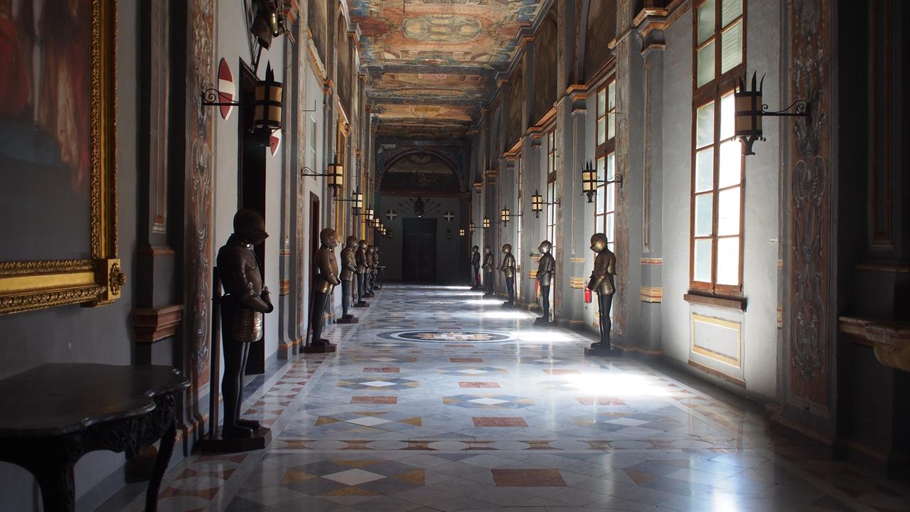 수도 발레타(Valletta)에 위치한 몰타 기사단 궁전 (Grandmaster's Palace) 내부의 모습. 현재는 박물관으로 관람객에게 일부공간이 허용되고 있다. 그 외의 공간은 대통령 집무실로 이용된다.