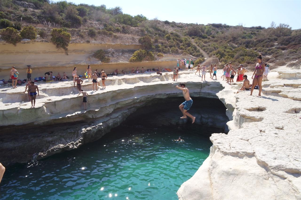 피터스풀(St.Peter's Pool)에서 한 사내가 다이빙을 하고 있다.