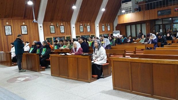 전주 송천동 성당에서의 탈핵 기도회 탈핵희망 173일째 순례에 앞서서 기도회를 하고 있는 순례 참가자들