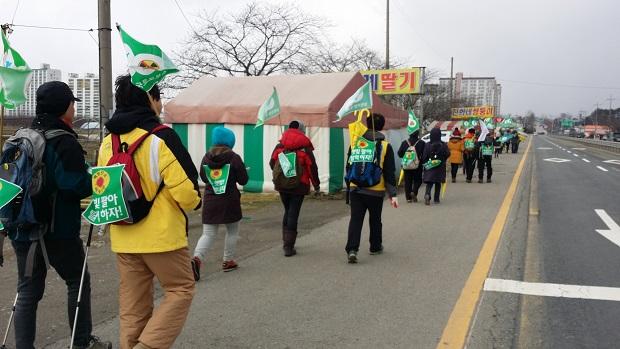 삼례읍을 향해 탈핵 순례에 나선 사람들 30여 명의 순례단이 14일 낮 삼례읍으로 향하고 있다.