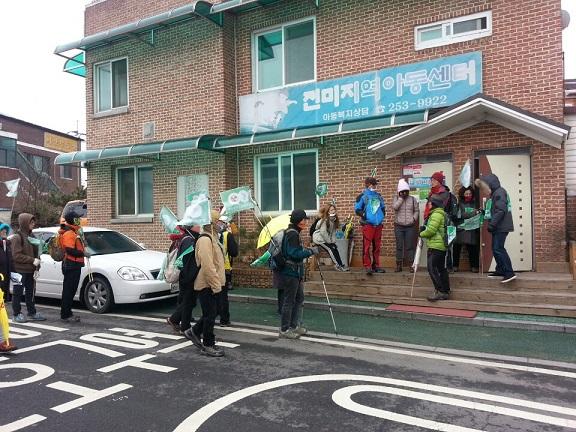 전미지역아동센터 방문 박희자 센터장은 탈핵희망 순례길에 나선 사람들을 위해 다과 대접을 했다.