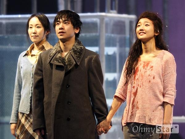 오스카와 일라이 지난 1월 24일, 서울 예술의전당 CJ토월극장에서 연극 <렛미인> 낮 공연이 끝난 후 커튼콜에 오른 배우 박소담과 안승균이 서로 손을 맞잡고 있다. 일라이와 오스카는 새로운 곳을 향해 숲을 나와 떠났다. 오스카가 하칸과 같은 운명을 맞이하지는 않을 터이다. 그 둘은 관계에 대해 이해하며 조금 더 성숙한 '어른'이 되었으니까.