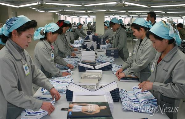 28일 오후 개성공단내 '좋은사람들' 공장에서 북측 여성노동자들이 남녀 속옷을 만들고 있다.