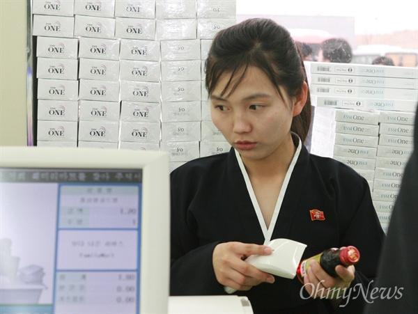 28일 개성공단내 패밀리마트에서 북측 여직원 김은심씨(22세)씨가 검정 치마저고리를 입고 근무하고 있다.