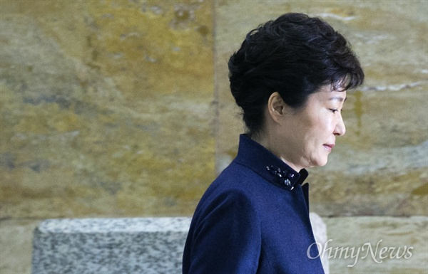 박근혜 대통령이 16일 오전 국정에 관한 국회 연설을 하기 위해 국회 본회의장으로 입장하고 있다.